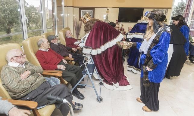 Gaspar, saludando a los ancianos de la residencia de la carretera de Poza. Jesús J. Matías
