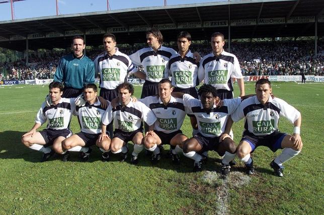 Once inicial del Burgos CF aquel inolvidable 17 de junio de 2001. Arriba: Arteaga, Lucio, Dani Pendín, Alberdi e Iñaki Bollaín; abajo: Lanza, Cuéllar, Repi, Armendariz, Cuyami y Nené.