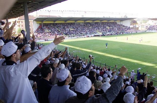 Las gradas de El Plantío, a rebosar de aficionados, se tiñeron de blanco y negro para presenciar el encuentro ante el Ourense.