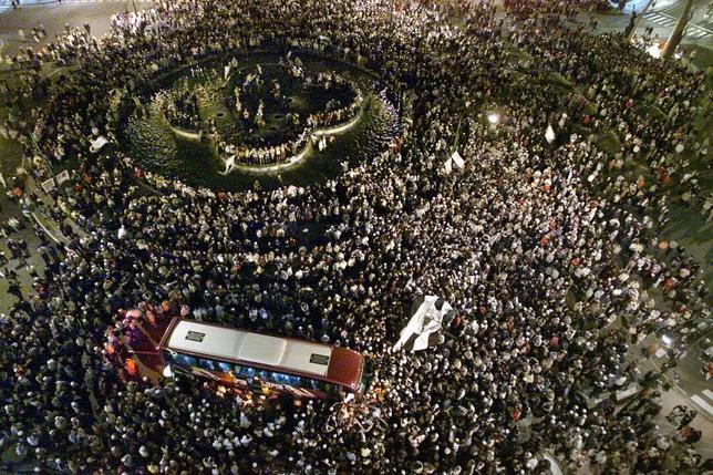 Miles de personas se acercaron a la plaza España para festejar el ascenso y recibir el autobús del equipo. Después, jugadores y aficionados se bañaron en la fuente de los Delfines.