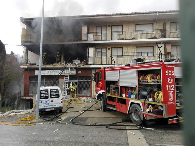 Según la información facilitada por los bomberos, la explosión ha provocado el hundimiento de la planta de la vivienda pero no ha sido necesario desalojar a las personas de los edificios colindantes. A.C.