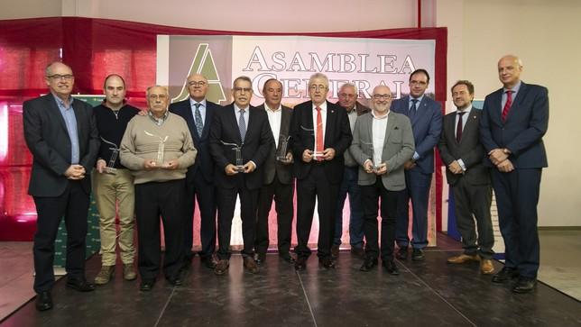 Foto de familia de los galardonados por Asaja