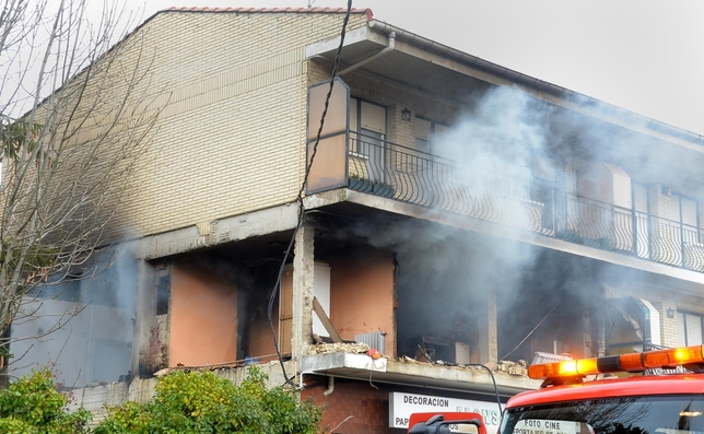 Imagen del estado en el que ha quedado la vivienda tras la explosión ocurrida esta mañana en Villasana de Mena. Ricardo Ordóñez (ICAL)