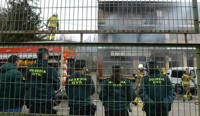 Agentes de la Guardia Civil supervisan la actuación de los bomberos en la vivienda. Ricardo Ordóñez (ICAL)
