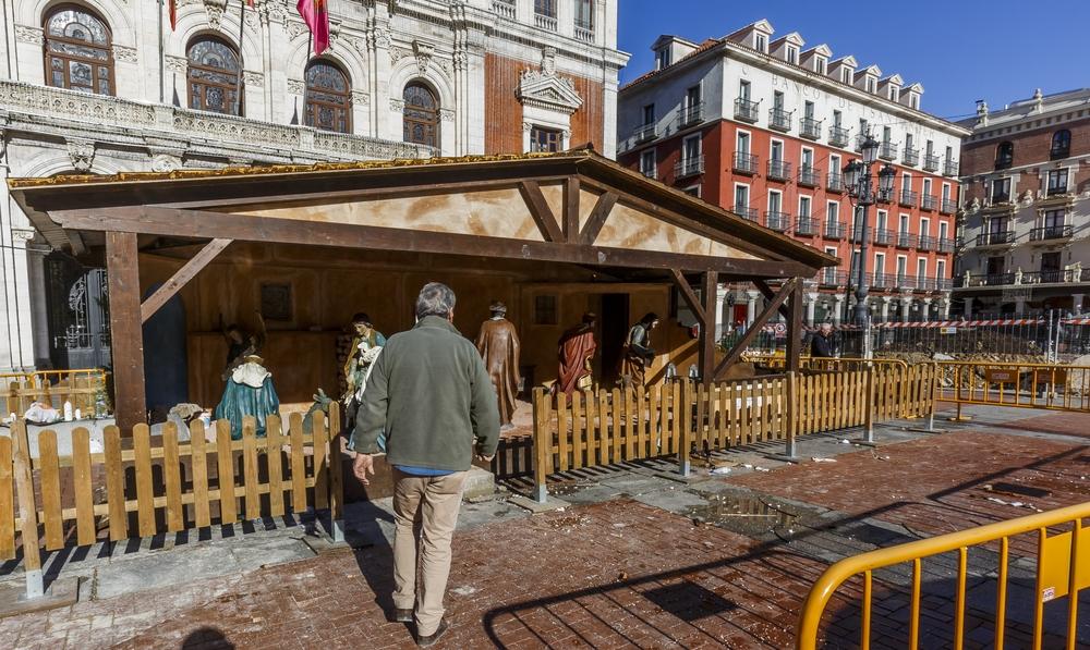 Instalación y preparativos de la decoración navideña en la Plaza Mayor