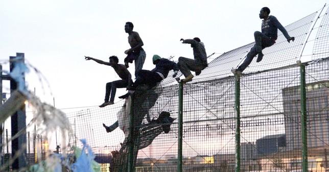 Muere un inmigrante en un salto masivo a la valla de Melilla