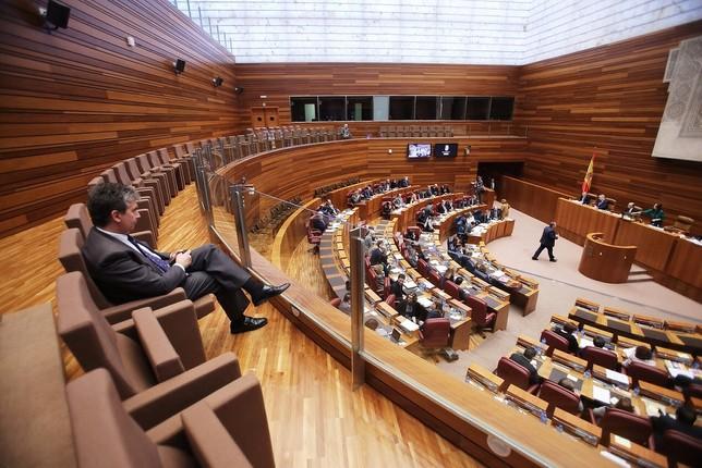 Ignacio Cosidó contempla desde la tribuna de invitados la votación del pleno de las Cortes sobre su designación como senador autonómico en diciembre de 2016.