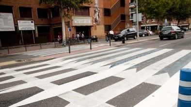 Instalan otro paso de peatones asimétrico en Francisco Aguirre