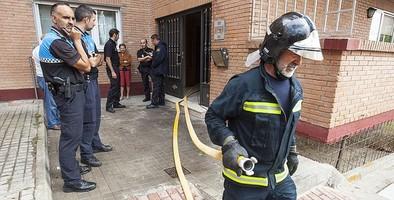 Evacuada una mujer tras inhalar humo en un incendio en una vivienda