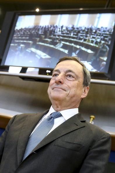Draghi alerta de que la recuperación  en la eurozona está perdiendo impulso