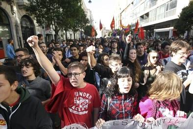 Centenares de estudiantes protestan contra los recortes con una manifestación por el centro