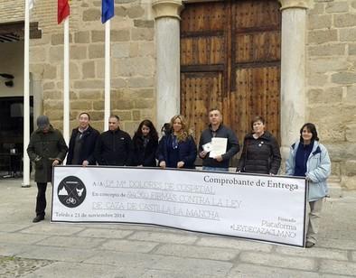 La Plataforma contra la Ley de Caza entrega 94.360 firmas a Cospedal