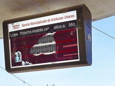 Plantean cambiar los paneles de las paradas del bus para evitar daños