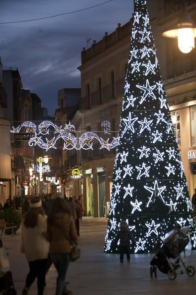 Más de 300 arcos y adornos iluminan la Navidad para atraer visitas y apoyar al comercio