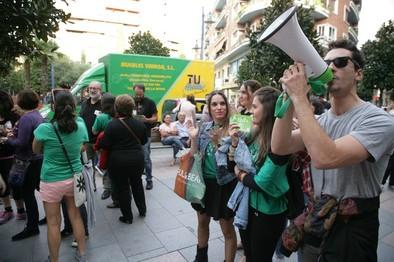 Medio centenar de personas protestan contra los recortes educativos