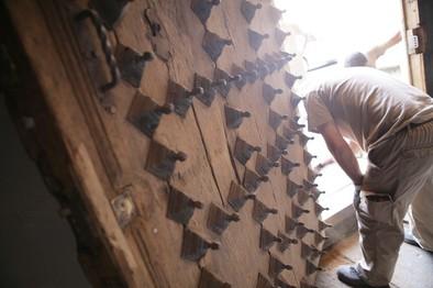 Un taller de empleo se encarga de restaurar la puerta de La Colegial