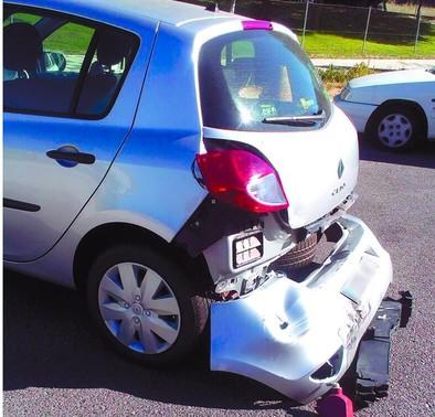Un vehículo impacta contra otro que se hallaba aparcado y se da a la fuga