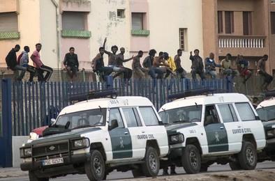 Unos 250 subsaharianos intentan acceder a Melilla saltando la valla