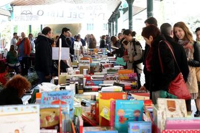 El libro busca lectores en la calle