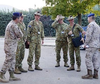 Mandos del ejército australiano visitan el batallón de Almagro