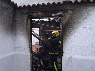 Los bomberos controlan un incendio en el interior de una vivienda de Tomelloso
