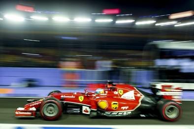 Alonso ilumina la noche