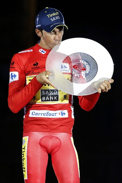 Contador ya luce su triple corona