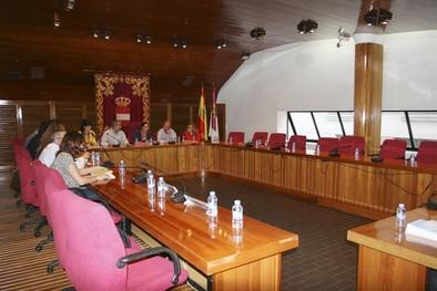 La oposición se ausenta en el pleno y exige el cese del secretario