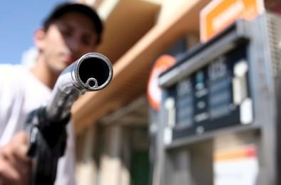 El litro de diésel baja del euro