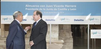 La Junta bajará el IRPF y la carga fiscal del carburante en 3 céntimos por litro