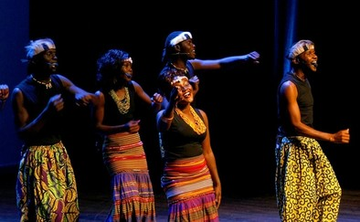 El grupo africano Aba Taano entusiasmó a un concurrido auditorio
