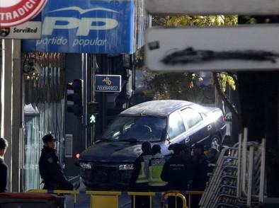 Un hombre estampa su vehículo contra la sede del PP en Madrid