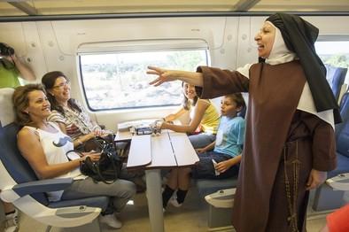 La Santa andariega se sube al tren