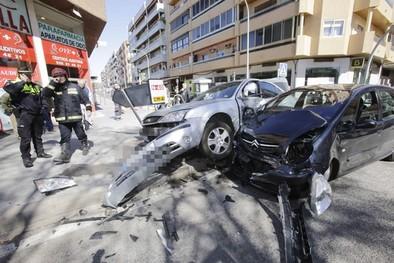 Dos heridos leves tras una aparatosa colisión  en la ronda de Alarcos