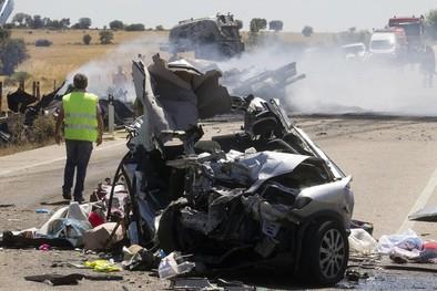 Tres menores fallecen al colisionar un turismo y un camión en Zamora