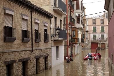 La crecida del río Ebro obliga  a evacuar a 1.500 personas