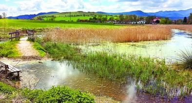 El agua anega y destroza parte de los paseos de la laguna de Bayas