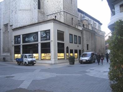 El Ayuntamiento acuerda emprender acciones civiles para el desalojo de la joyería del local de Santiago