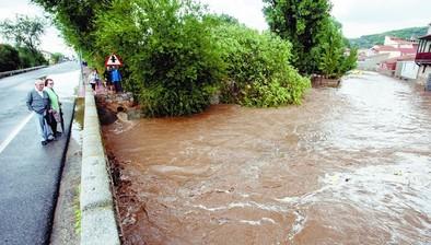 Las carreteras N-110 y N-502 se cortan al tráfico por inundaciones