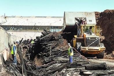 Apagan el incendio de Kronospan tras casi 24 horas en activo