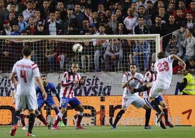Atlético y Sevilla se alejan de sus objetivos ligueros