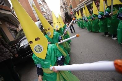 Los alumnos del San José llevan su procesión al guardapasos