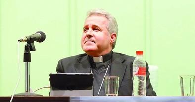 «La Iglesia tiene que ser servidora  de todos los tipos de pobreza»