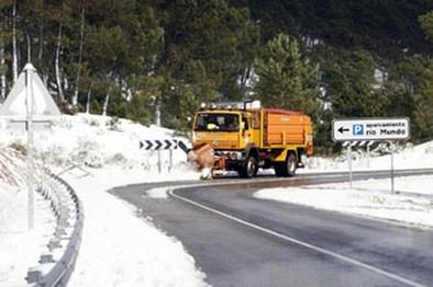 El vendaval da paso a la nieve con uso obligado de cadenas en Las Crucetas y en Las Crucetillas