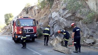 Los bomberos retiran  tres rocas desprendidas sobre la carretera del Valle
