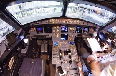 Varias aerolíneas prohíben que un tripulante se quede solo en cabina