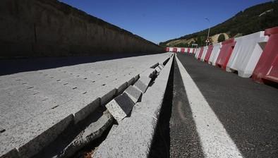 Cabezón corta el tráfico rodado en el puente ante un posible derrumbe