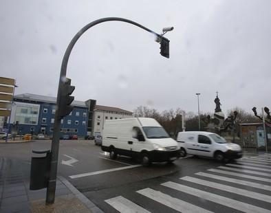 El radar de Colón y un semáforo sustituyen al bolardo de acceso al aparcamiento de la Plaza Mayor