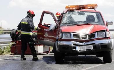 Heridos leves dos bomberos al volcar la 'pickup' de intervención rápida