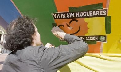 Una treintena de personas reclama en la Plaza Mayor el cierre definitivo de Garoña